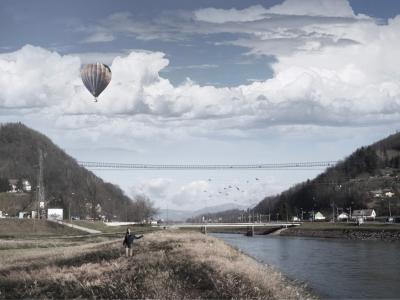 Viseči most bo, kot je razvidno iz projekcije, staro mestno jedro s Starim gradom povezal preko Splavarjevega mostu, parka in Miklavškega hiba. (Foto: MOC)