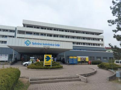 Del bolnišnice, kjer je glavni vhod, je dobil energetsko učinkovitejši plašč, novo je tudi stavbno pohištvo. (Foto: SB Celje)