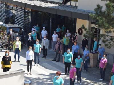 Takole je bilo ob pol dveh pred Domom starejših Šentjur, ki so se tudi udeležili protesta. (Foto: FB doma)