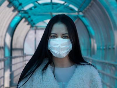 Raziskave sicer kažejo, da so bombažne maske precej manj učinkovite kot kirurške, a vseeno je bolje, da si jo, če že morate v javnost, nadenete. Tako boste predvsem zmanjšali možnost, da bi vi širili virus med ljudi. Lahko ste namreč okuženi, četudi nimate simptomov. (Foto: Pixabay)