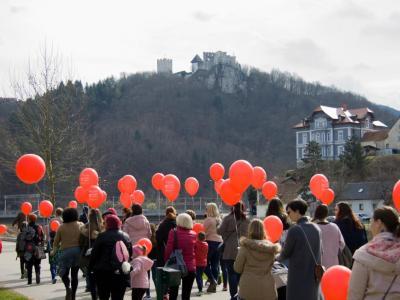 Pohod z rdečimi baloni bo po ulicah v celjskem mestnem središču in Savinjskem nabrežju. (Foto: FB HD Enostavno pomagam)