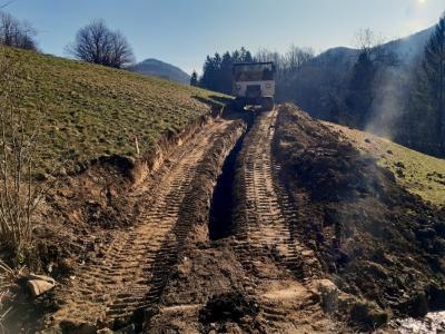 Gradnja dva kilometra dolgega povezovalnega vodovoda Osredek – Preska v polnem teku. (Foto: občina Kozje)