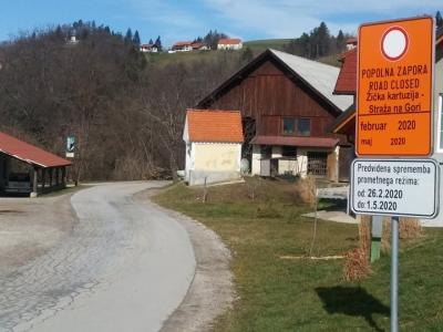 Cesto so zaprli, na kar opozarjajo tudi znaki, saj jo bodo razširili in celovito obnovili. V Straži na Gori je še asfaltirana, v nadaljevanju proti Žički kartuziji pa je še makadamska. (Foto: Štajerski val)