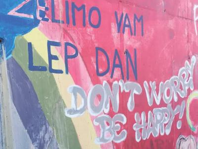 Takšne spodbudne besede je najti na enem od šentjurskih zidov, v Slovenskih Konjicah bodo mimoidoči morda brali prav vašo. (Foto: Štajerski val)