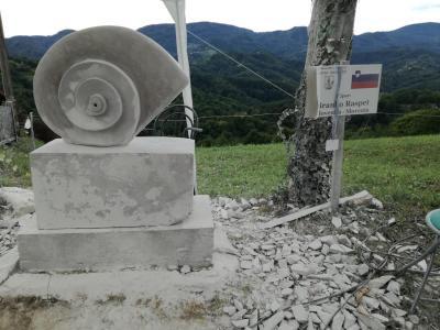 Utrinek ustvarjanja kiparjev na Dežnem pri Makolah na enem od prejšnjih simpozijev. (Foto: občina Makole)