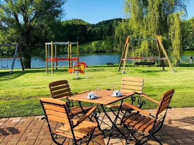 Ramna je priljubljena točka ob Slivniškem jezeru. Na terasi že lahko posedite, igral, ki jih vidite v ozadju, pa otroci še ne smejo uporabljati. (Foto: FB Ramna)