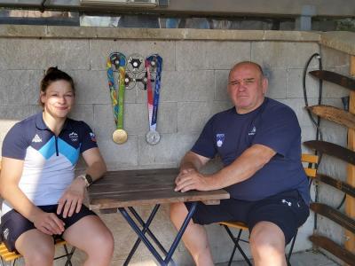 Tina Trstenjak in njen trener Marjan Fabjan z obema Tininima olimpijskima medaljama, zlato iz Ria de Janeira in srebrno iz Tokia. (Foto: Radio Štajerski val)