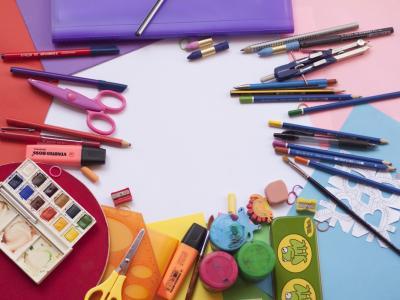 Nakup šolskih potrebščin je zajeten finančni zalogaj, ki ga številni starši ne zmorejo. (Foto: Pixabay)