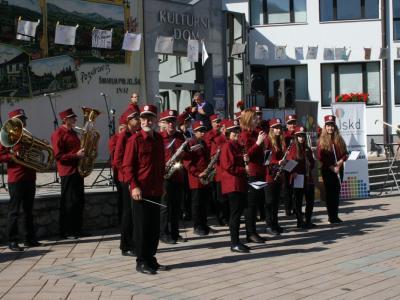 V Šmarju se je minula leta na festivalu predstavilo tudi več kot 300 godbenikov. Letošnji festival bo nekoliko manjšega obsega, a godbe bodo vseeno zaigrale na Aškerčevem trgu. (Foto: Štajerski val)