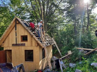 Planinci so na Okrešlju postavili začasno leseno kočo, kjer nudijo napitke, v teh dne pa tudi sladoled. (Foto: FB PD Celje Matica)