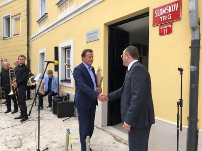 Trak sta ob odprtju novih prostorov prerezala ravnatelj Glasbene šole Celje Simon Mlakar in celjski župan Bojan Šrot. (Foto: MOC)