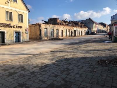 Utrip ulice v mestu Petrinja na Hrvaške mesec dni po potresu. (Foto: Štajerski val)