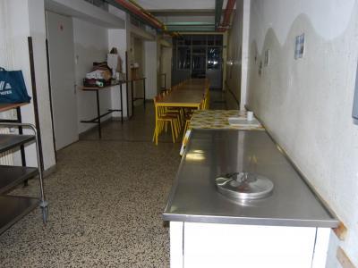 Makolski osnovnošolci so brez jedilnice, zato jedo na hodniku. (Foto: OŠ Makole)