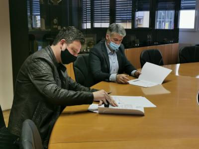 Pogodbo z izvajalcem del v poslovni coni Arnovski gozd 3, slatinskim podjetjem KIT-AK, je žalski župan Janko Kos podpisal pred dnevi. (Foto: Občina Žalec)