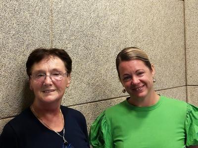 Prostovoljka in humanitarka Albina Karmuzel, prejemnica Ipavčeve plakete, in gostiteljica srečanja Barbara Gradič Oset