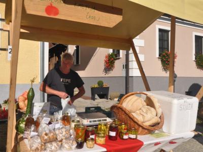 Kmetija Čadej s ponudbo domačih izdelkov ob lanskoletnem Prazniku kozjanskega jabolka v Podsredi. (Foto: Kozjanski park)