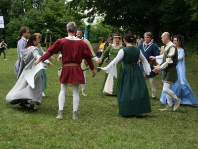 Člani Galiarde plese predstavljajo na različnih prireditvah. Tako so zaplesali na Keltskem dnevu na Rifniku. (Foto: Štajerski val)