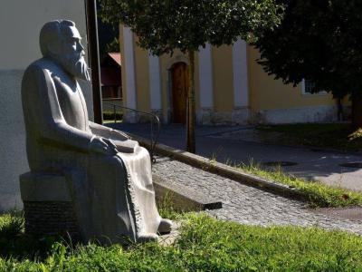 Pobuda za Aškerčeve večere je nastala, ko je Franci Černelč v Podsredi ustvaril kip Antona Aškerca. Od takrat so večere posvetili že več pesnikom. (Foto: FB Kozjanski park)