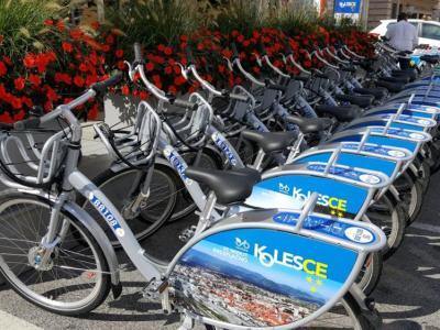 Sistem KolesCE ima veliko postaj, uporabljajo pa ga tudi v več ostalih občinah, tako si lahko kolo na primer izposodite v Celju in ga vrnete v Šentjurju. (Foto: MOC)