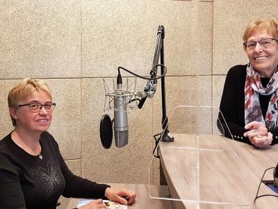 Betka Šeligo Plavčak, predsednica Društva delovnih invalidov Zgornje Posotelje, in gostiteljica radijskega srečanja na radiu Štajerski val Mimica Kidrič.