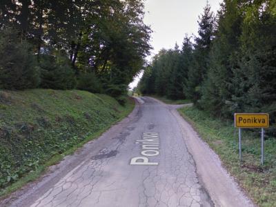 Na Ponikvi že zelo dolgo čakajo obnovo te zelo uničene in ozke ceste. (Foto: google.com)