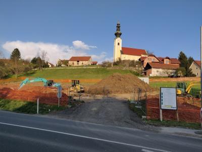 Na zemljišču med glavno cesto Šentjur-Dramlje in šentjursko cerkvijo so že začeli prva dela v bodoči novoi soseski Sončni park. (Foto: Štajerski val)