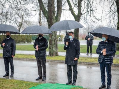 Štirje predsedniki so se pokonili vsem, ki so umrli, okuženi s covidom-19. (Foto: Vlada)