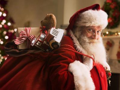 Božiček se že pripravlja za na pot, uredil si je, da lahko prehaja med državami, regijami in občinami. (Foto: splet)