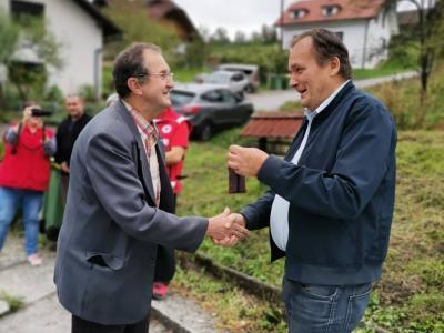 Župan Franc Zdolšek je takole predal ključe Zlatku Krivonogu. (Foto: Občina Laško)
