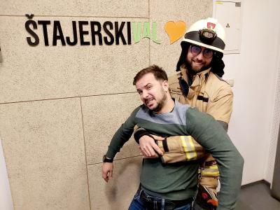 Davor je Davorju pokazal, kako gasilci rešujejo ponesrečence.