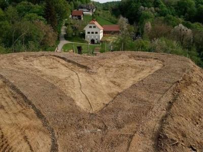Haloško srce z Kavklerjevo kletjo v Jelovcu pri Makolah. (Foto: Aleksander Kavkler)