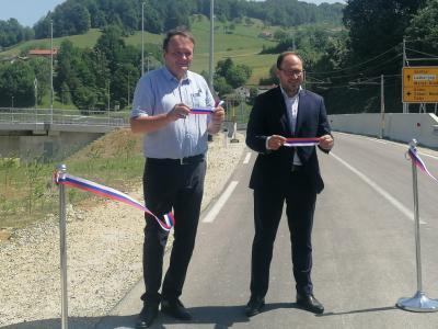 Laški župan Franc Zdolšek in infrastrukturni minister Jernej Vrtovec sta uradno odprla nov most. (Foto: Štajerski val)