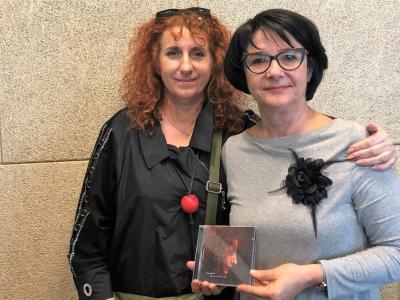 Vita Mavrič, ena najvidnejših in najpomembnejših slovenskih šansonjerk, in Tanja Jurjec, gostiteljica radijskega srečanja na Štajerskem valu