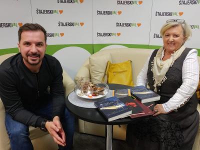 Slavica Biderman se je podpisala že pod lepo zbirko knjig, svoje ustvarjanje je Davorju predstavila ob lanskoletnem mednarodnem dnevu starejših. Zdaj je njena zbirka še bogatejša. (Foto: Štajerski val)