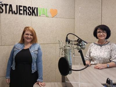 Mag. Nataša Koražija, direktorica moderne, prostorne, dobro založene Knjižnice Rogaška Slatina, in gostiteljica srečanja Tanja Jurjec.