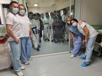 Utrinek z intenzivnega covid oddelka celjske bolnišnice. Zaposleni delajo v 12-urnih turnusih, delo dodatno otežuje vsa potrebna zaščitna oprema, a vseeno še najdejo energijo za nasmehe. Dobra novica je, da je vsaj med zaposlenimi vse manj okužb. (Foto: FB SB Celje)