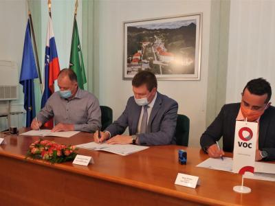 Slatinski župan je dopoldne podpisal pogodbo z izvajalcema del. (Foto: Štajerski val)