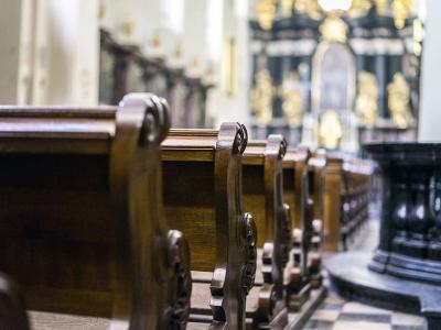 V cerkvah morajo po novem maske nositi vsi, razen duhovnika oziroma župnika. Nujno je ohranjanje razdalje in higiena rok ter kašlja. (Fotografija je simbolična.)