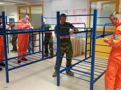 Predstavniki civilne zaščite in vojaki že sestavljajo postelje, kjer si bodo lahko odpočili zdravstveni delavci, ki bodo zdravili bolnike s koronavirusom. Te zaenkrat še pošiljajo v mariborski UKC, a kmalu jih je pričakovati tudi v celjski bolnišnici. (Foto: Štab CZ za Zahodno Štajersko)