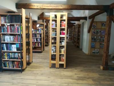 Nekoč zapuščeni podstrešni prostori so postali prijeten ambient za druženje ob knjigi. (Foto: Radio Štajerski val)