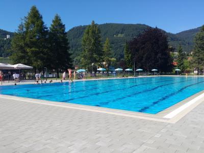 Prvi kopalci so se že okopali v novem bazenu. (Foto: Štajerski val)