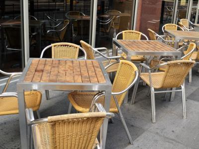Med drugim se obetajo še strožja pravila v gostinskih lokalih, kjer bo strežba dovoljena le pri mizah, med njimi pa bo moral biti še večji razmak kot doslej. Prav tako med sedečimi za mizami, če niso družinski člani. (Foto: Pixabay)