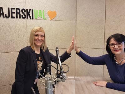 Gostja tokratnega srečanja je Slovenka leta 2020 Natalija Spark, psihosocialna delavka in tolmačka znakovnega jezika, ki predstavlja še vedno prezrto skupnost gluhih. Na fotografiji z gostiteljico Tanjo Jurjec.