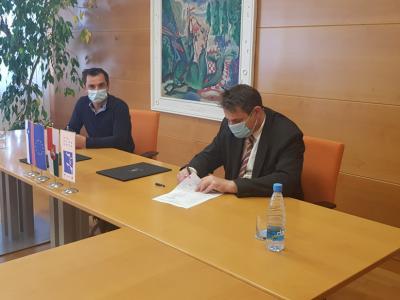 Pogodbo sta podpisala predstavnik izvajalca, Andrej Leskovšek, in šentjurski župan Marko Diaci. (Foto: Občina Šentjur)