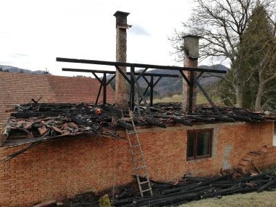 Starejša hiša po požaru ni več primerna za bivanje, verjetno jo bo treba podreti. (Foto: Klavdija Simler)
