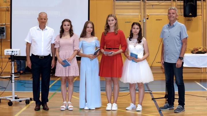 Najuspešnejši devetošolci iz OŠ Gorenja vas. Foto Vito Debeljak