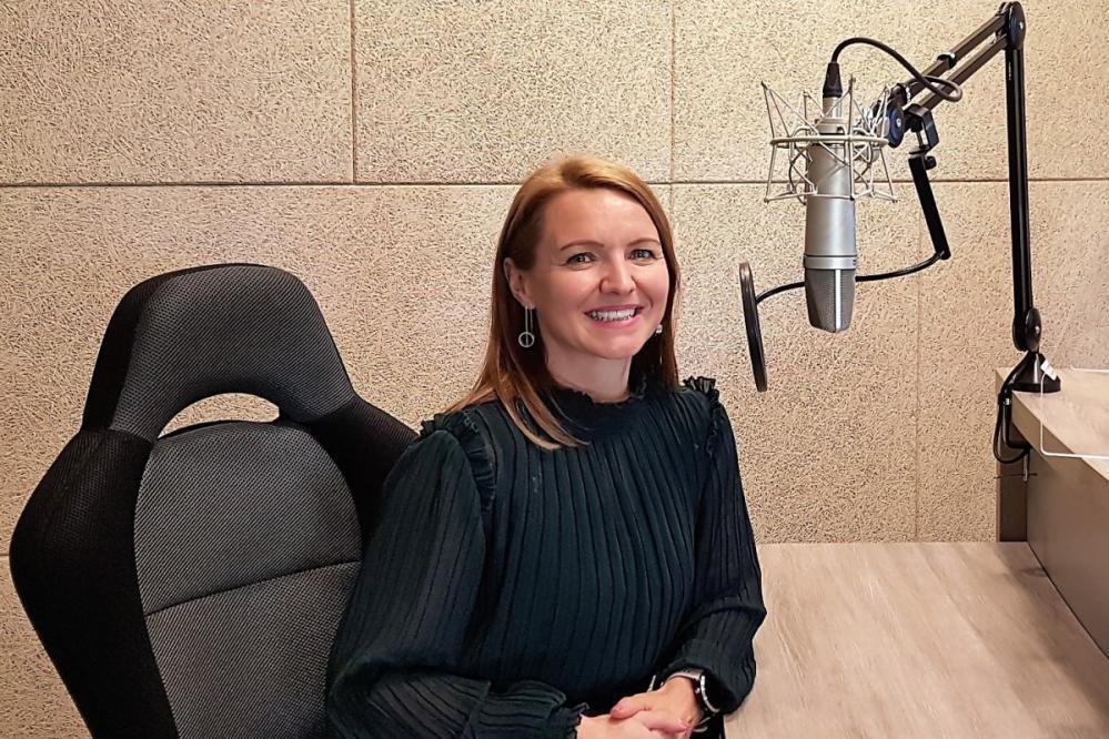 Jerneja Ristič Levart, vodja Centra za kulturne prireditve Slovenske Konjice, v radijskem srečanju o zaljubljenosti v šport in kulturo in o teku, ki sprošča in nagrajuje z uvidi.
