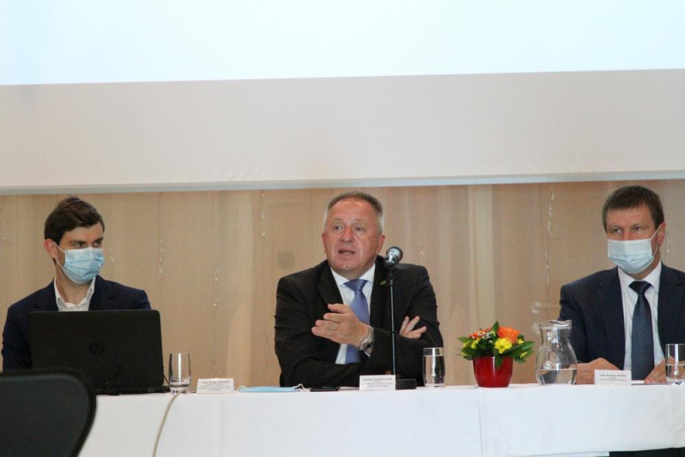 Ob nedavnem obisku vlade v Savinjski regiji je gospodarski minister Zdravko Počivalšek v Rogaški Slatini predstavil razvojne spodbude za Obmejna problemska območja (OPO). (Foto: Jože Strniša)