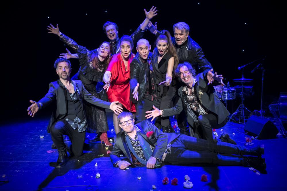 S predstavo Bodi gledališče! se poklanjajo teatru in vsem ljudem, ki ga sooblikujejo. (Foto: Uroš Hočevar)