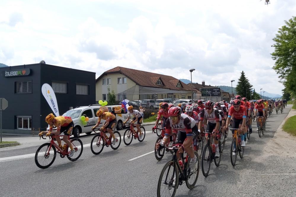 Kolesarje je na današnji etapi pot vodila tudi mimo našega radia. (Foto: Štajerski val)